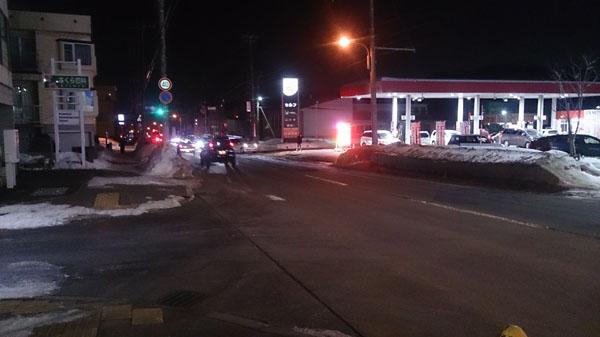 渋滞を作っているガソリンスタンド付近